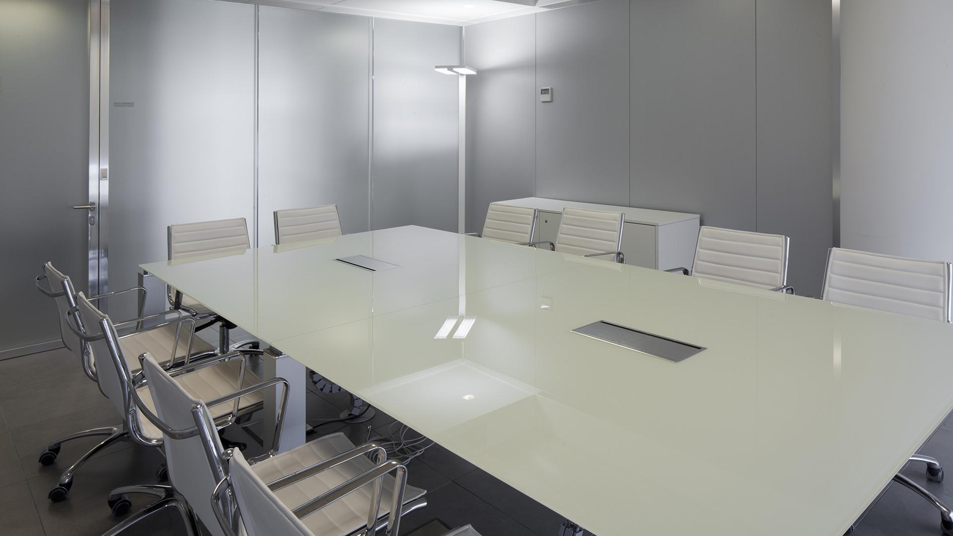 Arredamento uffici leo pharma 100 tailor made by level for Industria italiana arredi