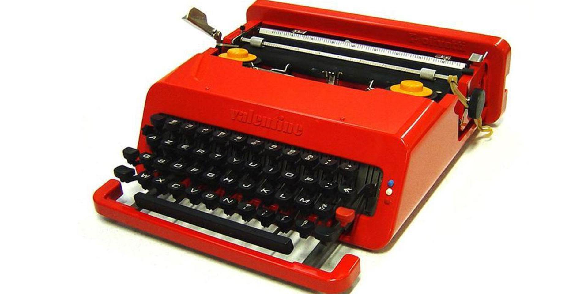 Macchina da scrivere Olivetti con scocca rossa e tasti bianchi e neri