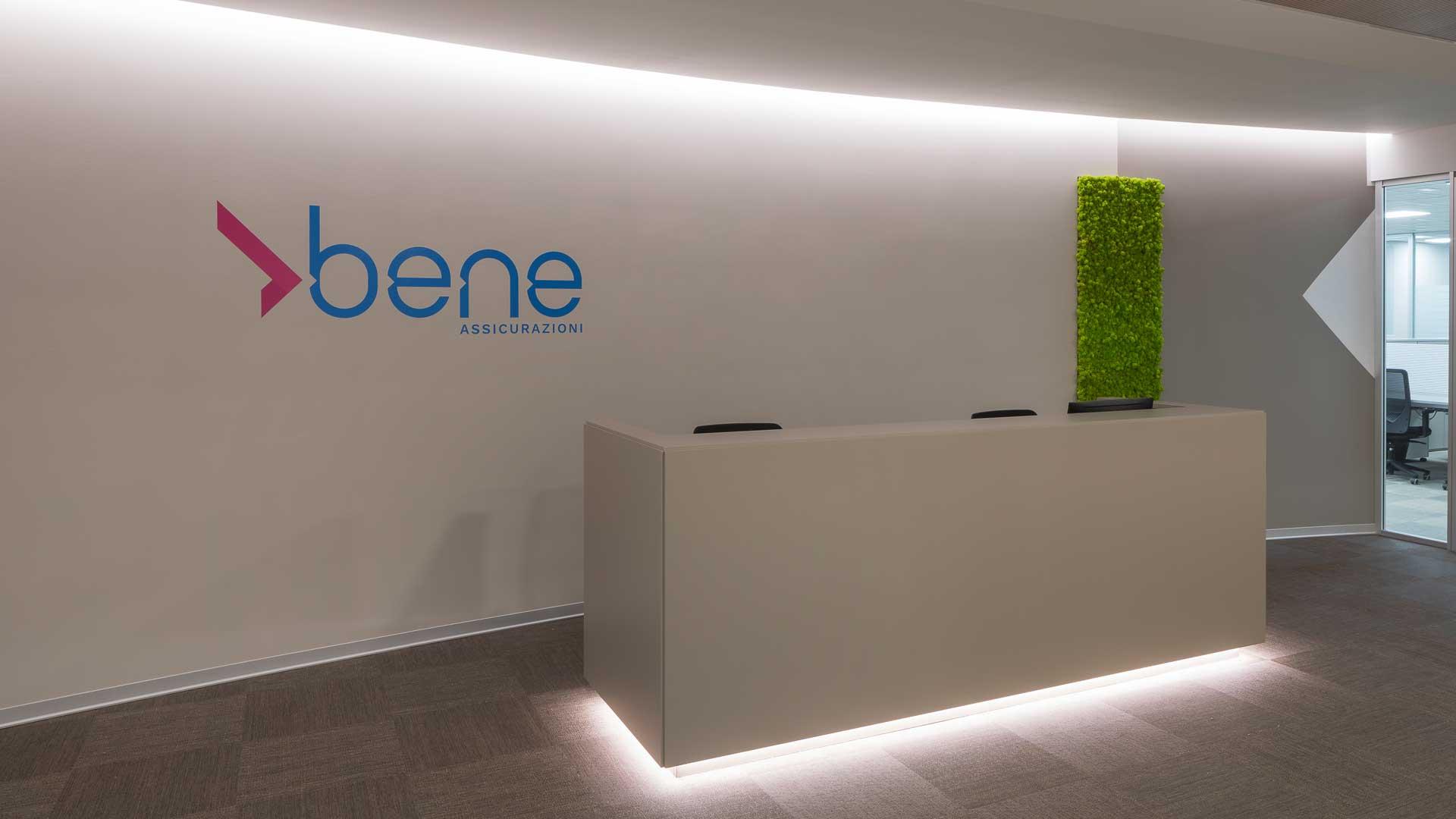 Illuminazione-integrata-nell'arredo-ufficio-Bene-assicurazioni