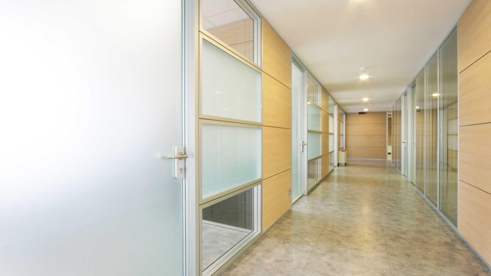 Pareti-divisorie-per-ufficio-perché-scegliere-High-Line-Isselnord-corridoio
